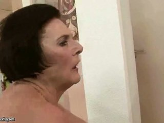 Potelée grand-mère enjoying coquin sexe