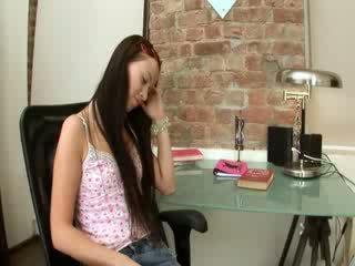 Evelina modell kontor nytelse på en stol