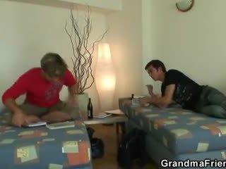 Two buddies joder limpiando abuelita