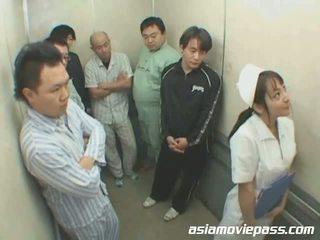 Bonita japonesa enfermeira em elevator abuso