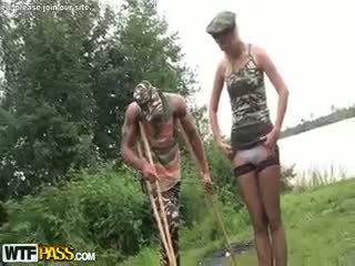 Armija banda bang ar karstās blondīne