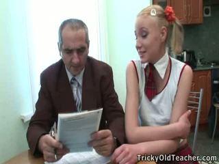 Dumb tiener blondine has bedrogen door haar leraar