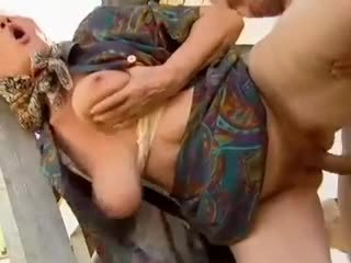 2 农场 阿妈 seduced 由 年轻 男人
