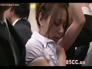 Kyut inang kaakit-akit fingered by geek sa bus
