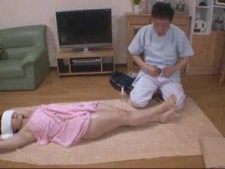 Със завързани очи съпруга molested от хотел masseur