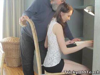 Tricky old učitelj: srečen old učitelj fucks ji sladko kurba težko.