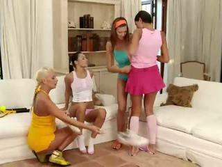 Menakjubkan si rambut coklat dan si rambut perang lesbian ciuman dan menyumbatkan jari faraj dalam yang empat cara lesbian pesta seks berkumpulan