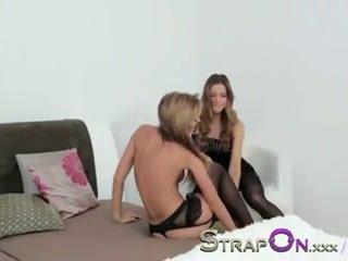 Strapon birahi dan romantic lesbian strapon penetration seks adegan