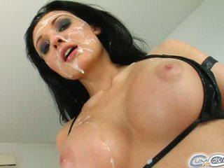 Den absolut bedövning utlänning gets henne ansikte covered i