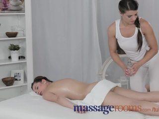 Masáž rooms zkušený busty lesbička gives mladý dospívající orgasmu na ji život