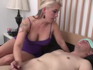Step-mom helps অসুস্থ step-son