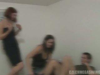 Чешки mega swingers: брюнетка whores в чешки стил оргия