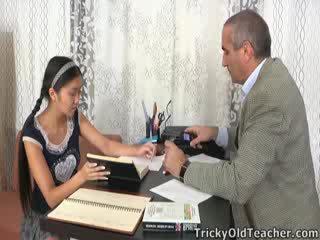 Αυτό ασιάτης/ισσα μαθητής/ρια είναι loving ο προσοχή από αυτήν παιδαγωγός