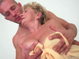 Бабичка enjoys горещ секс с млад мъж