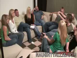 Parten spel leads till en enormt orgia swinger fruar