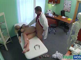 Лікар banged секс білявка в його cabinet.