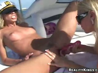 Naiset marlie moore ja ystävä enjoys a lelu fake peniksen toiminta outdoors