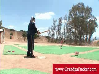 I vjetër njeri tregon një zonjë si në ritëm