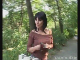 Чешка дівчина смокче пеніс на the вулиця для гроші