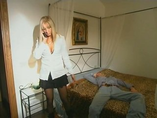 Pirang step-mom in kaose sikil seducing son