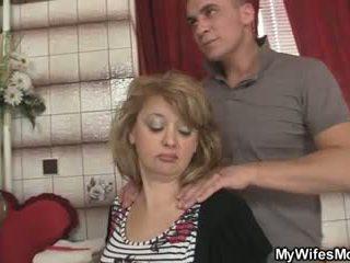 Mother-in-law jumps bij zijn groot lul als zijn vrouw leaves