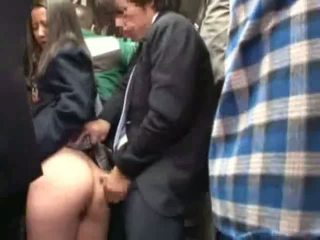 女學生 摸索 由 stranger 在 一 crowded 總線