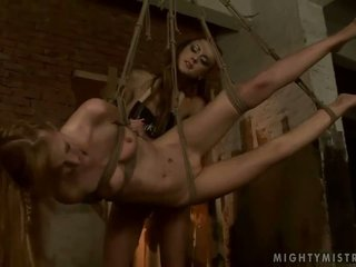 তরুণ ভদ্রমহিলা dominating গরম slavegirl