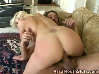 Anální loving med stacy thorn receives double fucked na the gauč podle two sexy hunks