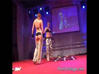 2 meninas dentro lesbie showcase com público