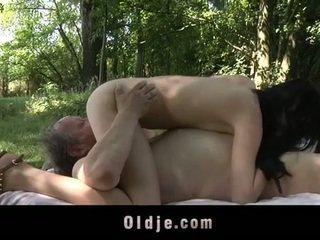 Gemuk lama lelaki fucks remaja dalam yang woods