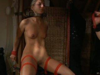 En chaleur esclave fille moans de plaisir en bdsm session