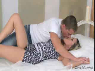 巨乳 金發 媽媽 licked 和 性交 在 臥室