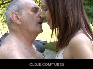 Mladý ruské dievča rides naozaj starý človek