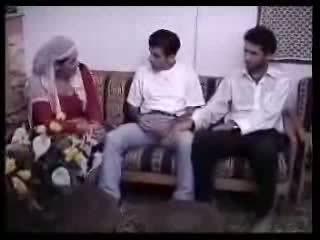 Warga arab suri rumah fucked dengan two guys. video