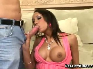 Breasty halia hill swallows un grande rabo y receives su coño eaten