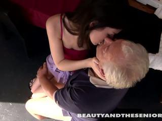 Tenåring cutie gets knullet av senior bruce