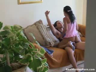 Латинська лялька недосвідчена fucks її boyfriend і спіймана по the nanny