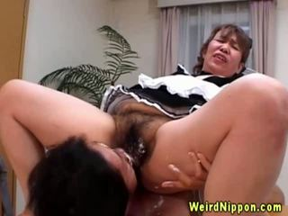 Asiática abuelita gets su peluda coño licked
