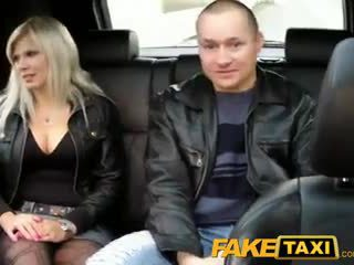 Faketaxi 丈夫 watches 妻子 getting 性交
