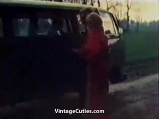 Πονηρό κορίτσι fingered σε ένα αμάξι