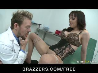 Birichina pupa squirts mentre cavalcare doctor's cazzo video