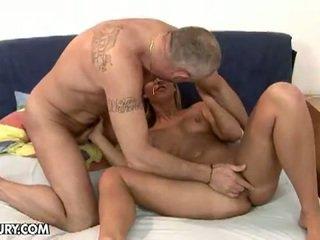 Sexy blondine linda ray zuigen an oud piemel