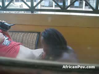 Warga afrika gadis gives putih pelancong ketat menghisap zakar till beliau cums