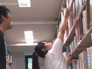 かわいい アジアの ティーン 女の子 teased で ザ· 学校