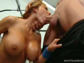 Nikki sexxx wraps lips סביב שמן זין getting throat מזוין עמוק