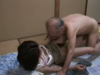 Japanska morfar ravishing tonårs neighbors dotter video-