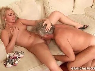 Tua guy fucks seksi muda rambut pirang