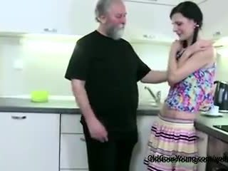 角質 苗條 女孩 lets 老 男人 勾引 她的, 然後 憤怒 boyfriend joins getting 口交