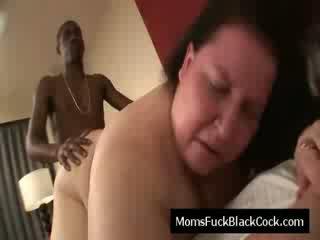 Bruneta vechi vagaboanta blows negru penis și este inpulit doggystyle