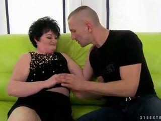 שמן סבתא gets מזוין על ידי צעיר אדם